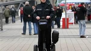 E Roller Hamburg : polizeifahrzeug streifendienst auf leisen rollern welt ~ Kayakingforconservation.com Haus und Dekorationen