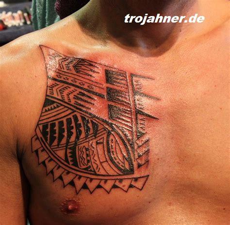 brust tattoos männer maori motiv t towiert arm und brust t tattoos