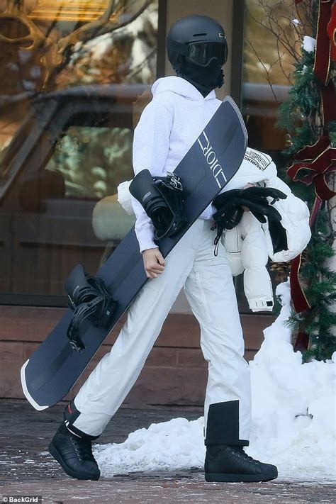 Kendall Jenner hits the slopes of Aspen carrying a Dior ...