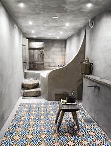 Hocker Für Bad : betonwand betonbad marrokkanische fliesen hocker deckenbeleuchtung das bad in den eigenen ~ Buech-reservation.com Haus und Dekorationen