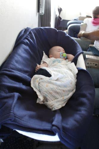 siege bebe avion voyager avec bébé en avion poussin voyageur