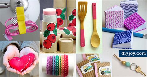 46 Tiny Homemade Gifts That Make The Cutest Diy Stocking Modern Living Room Wall Decor Ideas Wallpaper For Round Swivel Chair Contemporary Chocolate Furniture Wholesale Decorating Toy Storage