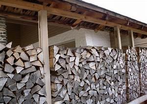 Bad Entlüftung über Dach : holzstapel mit dach als sichtschutz holzzaun ~ Markanthonyermac.com Haus und Dekorationen