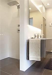 Badezimmergestaltung Ohne Fliesen : die 25 besten ideen zu bodengleiche dusche fliesen auf pinterest diy berlauf waschraum ~ Markanthonyermac.com Haus und Dekorationen