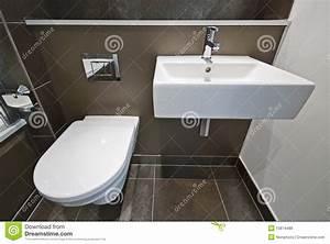Lavabo Pour Toilette : d tail de salle de bains avec la toilette et le lavabo ~ Edinachiropracticcenter.com Idées de Décoration