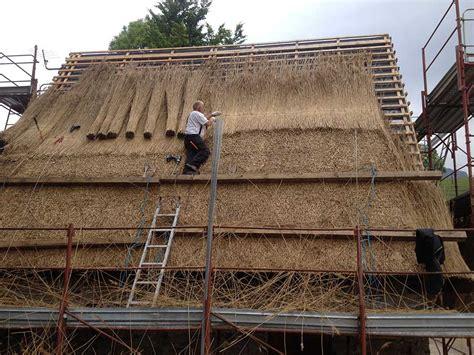 fienili cima rest l arte di rifare i tetti in paglia dei fienili di rest