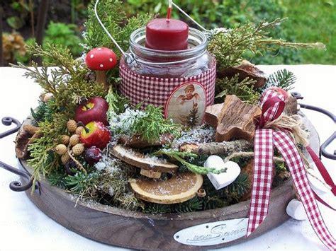 weihnachtsdeko auf holztablett dieses adventslicht brennt in einem glas mit nostalgischem bild alles auf einem holztablett