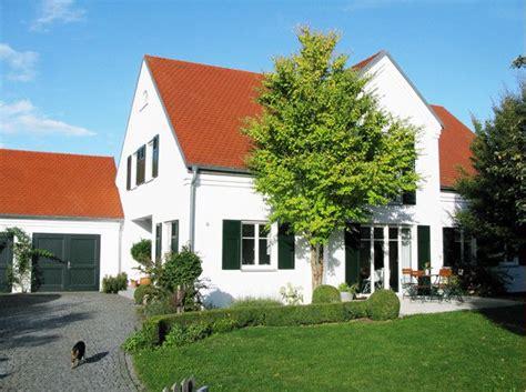 Stadthaus Fenster Und Tueren Mit Stil by Haus Mit Gr 252 Nen Fensterl 228 Den Suche Fensterl 228 Den