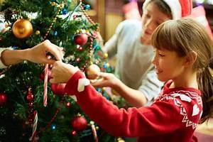 Weihnachtsbaum Richtig Schmücken : bildquelle pressmaster ~ Buech-reservation.com Haus und Dekorationen