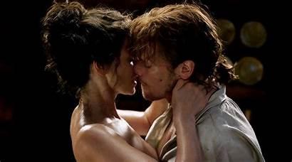 Outlander Kiss Secret Romance Scarlett 4x06 Claire