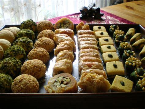 du bruit dans ma cuisine aid mabrouk et petit assortiment de gâteaux tunisiens