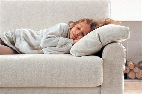 sul divano dormire sul divano il sonnellino migliora la vita