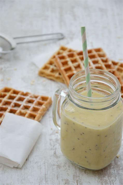 smoothie banane pomme kiwi et gaufres sans beurre 224 l avoine plus une miette dans l assiette
