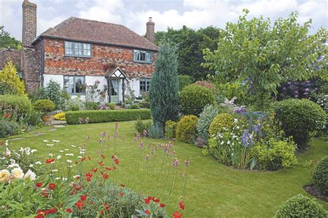 9 Ideas For Creating A Quintessential Cottage Garden