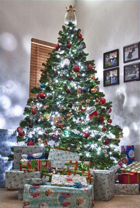 arbol de navidad con muchos regalos arbol de navidad con muchos regalos banco de imagenes
