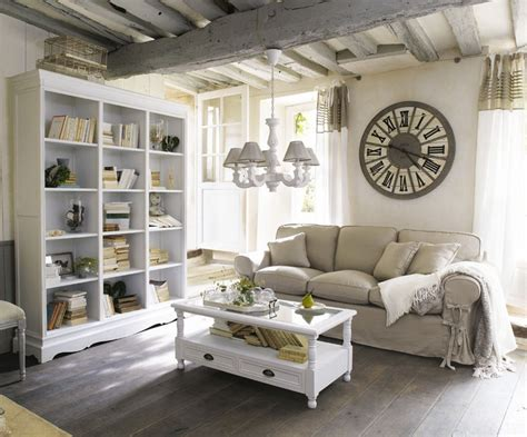 horloge paris  de chez maisons du monde photo  aspect tres retro en bois blanchi
