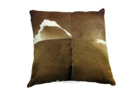 coussin peau de veau 40x40cm marron et blanc joli coussin selectionn par marchandetapis