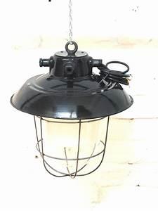 Vintage Lampen Berlin : fabriklampe alt mit gitter sch ne alte fabriklampen mit schutzgitter ~ Markanthonyermac.com Haus und Dekorationen