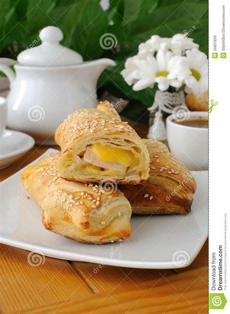 achat pate feuilletee rectangulaire p 226 te feuillet 233 e de d 233 roulement avec du fromage de jambon image libre de droits image 26801826