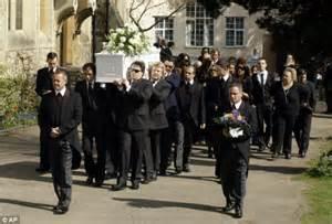 Beerdigung Kleidung Damen : dresscode bei beerdigung in england wer weiss ~ Buech-reservation.com Haus und Dekorationen