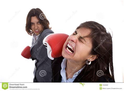 bureau des licences deux femmes d 39 affaires avec le combat de gants de boxe
