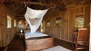 maison sur pilotis en materiel vegetal a nosy be With maison toit de chaume 10 petite maison malgache en bois de palissandre