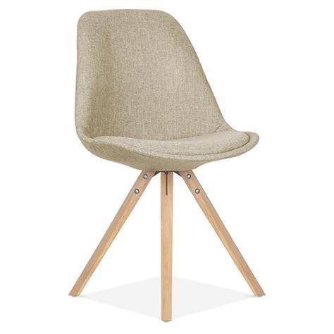 pied de chaise en bois chaise en tissu beige avec pieds pyramide en bois de chêne