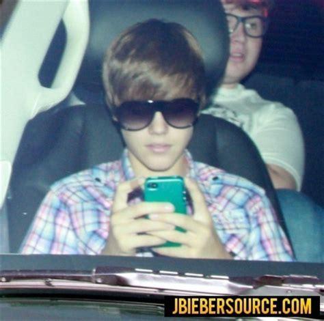 justin bieber phone justin on his phone justin bieber photo 15529495 fanpop