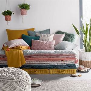 Empiler des matelas deco pour un canape d39appoint le for Tapis exterieur avec matelas canapé futon