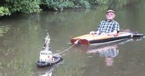 Man Spotted Using Tiny Tug Boat To Effortlessly Cruise ...