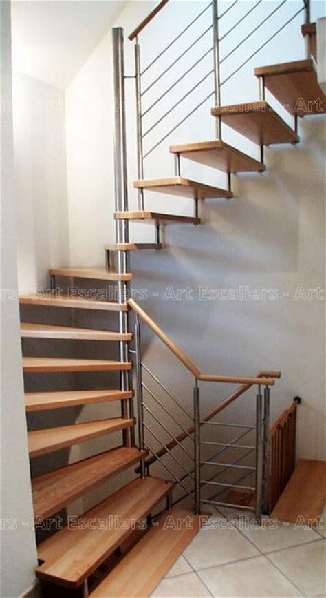 escalier design suspendu fut central inox marche bois
