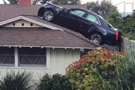 une voiture se retrouve sur le toit de la maison du voisin