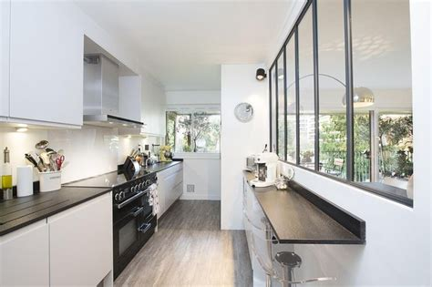 cuisine intégré cuisine en longueur avec verrière et bar intégré dans