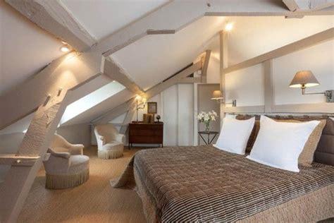 un grand lit sous les combles chambre