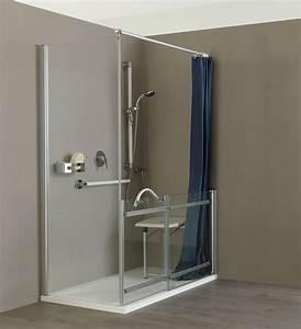 Una doccia senza barriere con preziosi ausili e un