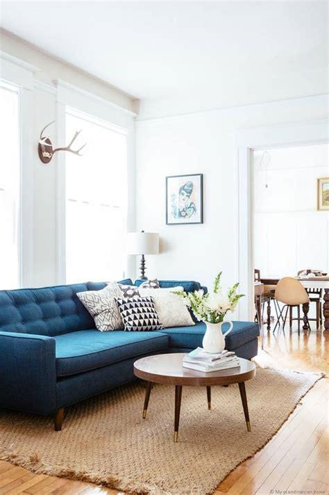 canapé bleu roi table basse gigogne inspiration scandinave bois tapis