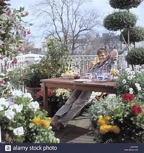 Gräser Kübel Terrasse : mann jung fr hst ck terrasse essen fr hst ck lockert gl cklich zufrieden zufrieden ~ Markanthonyermac.com Haus und Dekorationen