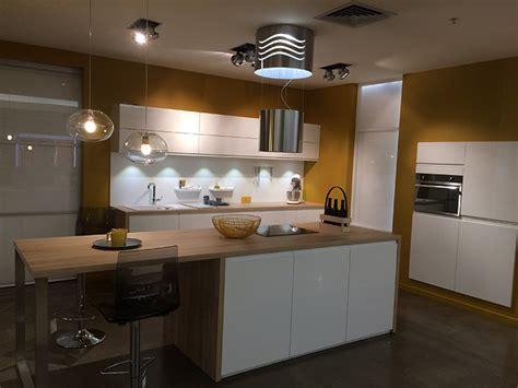 cuisines blanches et bois cuisine mobalpa facades blanches plan travail bois