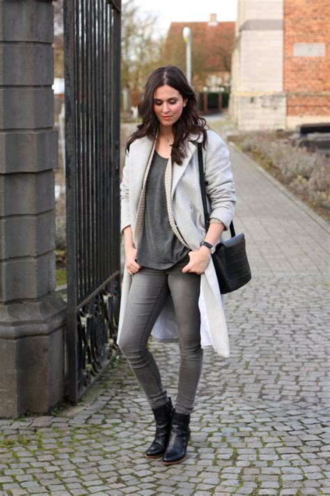 Outfit grey skinny jeans oversized cardigan - THE STYLING DUTCHMAN.
