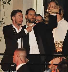 Leonardo DiCaprio marks Golden Globes win by kissing ...