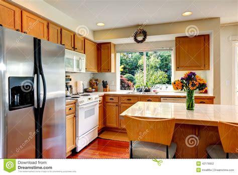 cuisine ile de intérieur confortable de cuisine avec l 39 île et la fenêtre