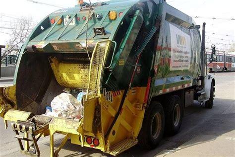homem  recolhido por caminhao de lixo  compactado