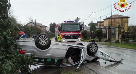 si馮e auto incidente da brivido l 39 auto finisce ruote all 39 ferito in ospedale