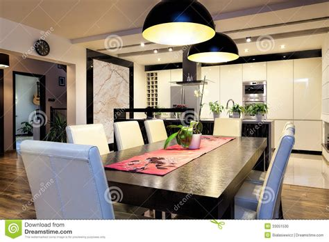 grande table de cuisine appartement urbain cuisine avec la grande table photo stock image 33051530