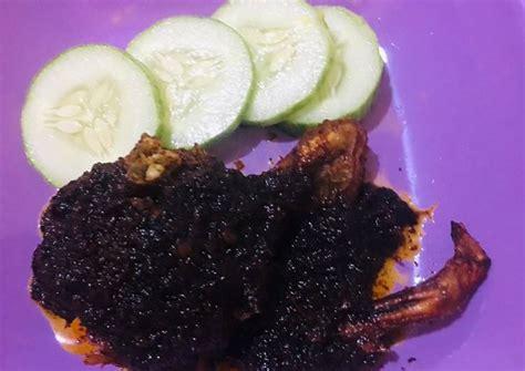 Bebek dan bumbu halus yang dimasak dengan banyak minyak hingga terendam, bahkan tenggelam, dan juga dalam waktu lama ini bisa. How to Cook Tasty Bebek Bumbu Hitam Khas Madura