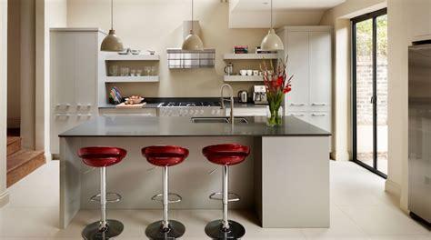 comment agencer sa cuisine modele de cuisine ilot central en blanc et noir avec