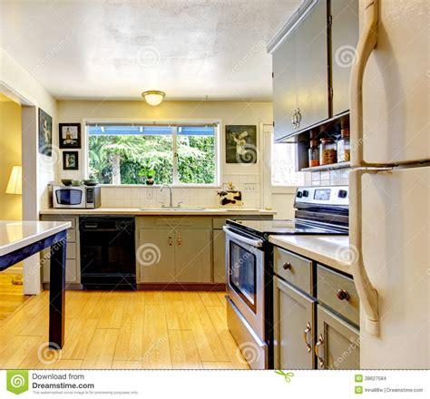 vieille cuisine pièce de cuisine de vieille mode images stock