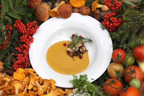 Gaileņu un dzelteno tomātu zupa ar kraukšķīgu baraviku ...