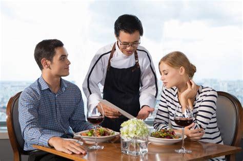 cameriere offerta coppia secondi piatti  ristorante