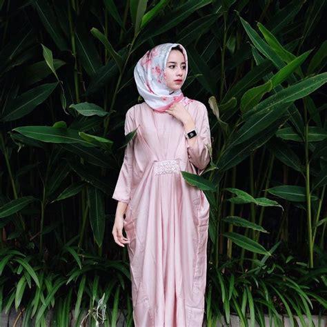 Sempurnakan style kondangan hijab anda dengan koleksi clutch yang kece banget dari pilihlah model clutch dengan warna netral dan sentuhan elegan. 19 Model Terbaru Baju Kondangan Non Hijab